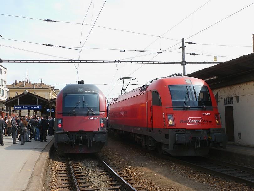 stretnutie dvoch strojov od Siemensu v Brne, vľavo riadiaci vozeň súpravy railjetu a vpravo taurus 1216.225 v čele EC 75 Franz Schubert