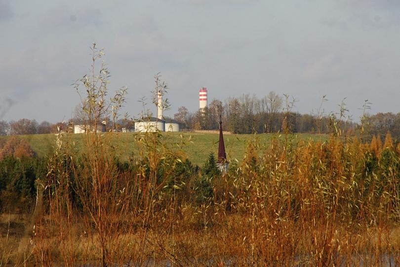 fotené z posledného fleku. za kopcom komíny elektrárne Dětmarovice, vpredu veža kostola v obci Doubrava