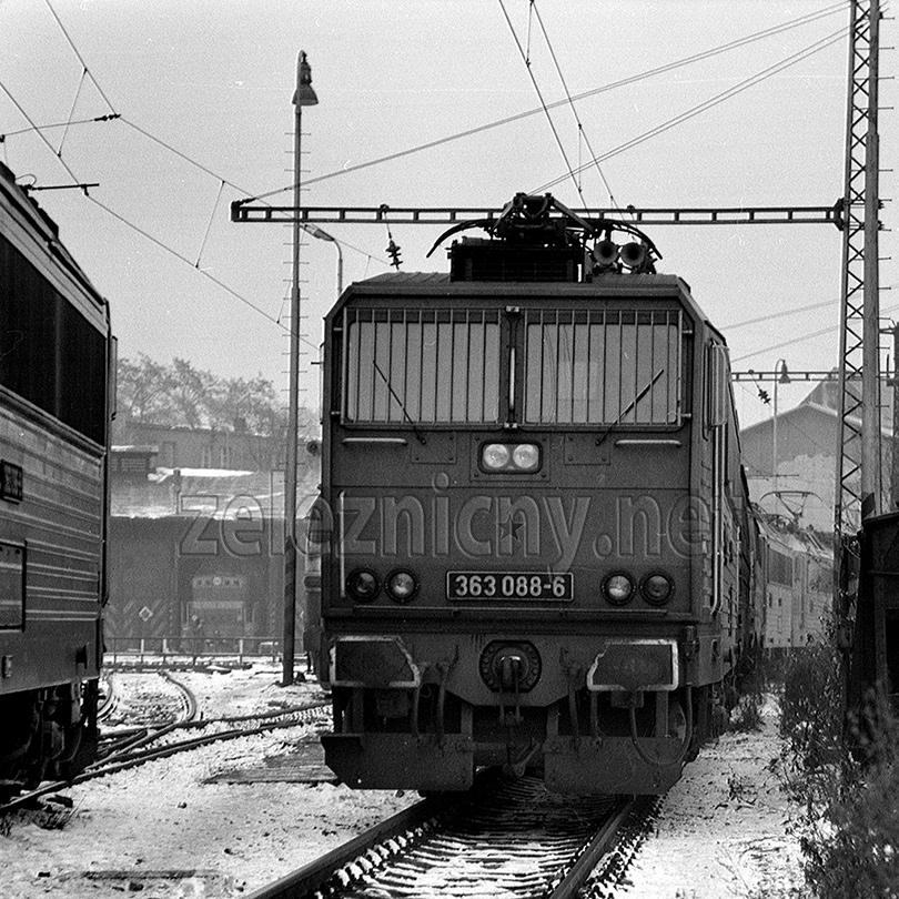 Rušeň 363.088 so zamrežovanými oknami. Foto Dušan Kelo.