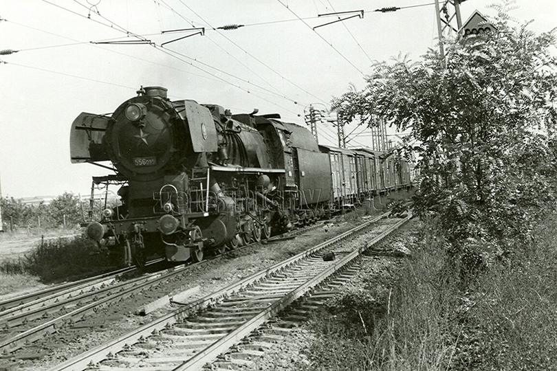Nákladní vlak Pn 68532 s lokomotivou 556.095 projíždí odbočkou Záběhlice dne 20. 9. 1973.