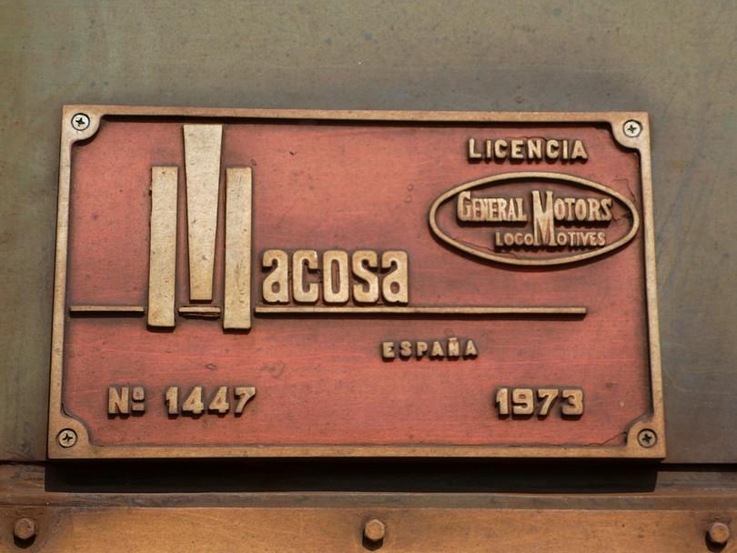 výrobný štítok z tohto rušňa napovedá, že je pôvodom španielskej výroby na základe americkej licencie General Motors