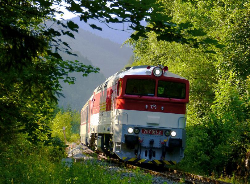 Nepárny Detvan v Starohorských lesoch opustil stanicu Uľanka a blíži sa k druhému Dolinskému tunelu