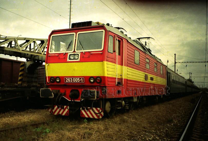 """Na jar roku 1992 sa """"päťka"""" objavila v čele nedeľného posilového osobného vlaku zo Šale do Bratislavy Nového Mesta, foto Radek Ivanič"""