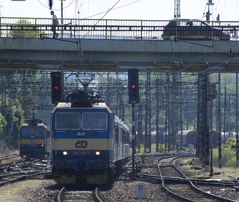 Náš rýchlik späť do Prahy viezlo Eso 362 125 a v pozadí odstupuje od vlaku 363 049.
