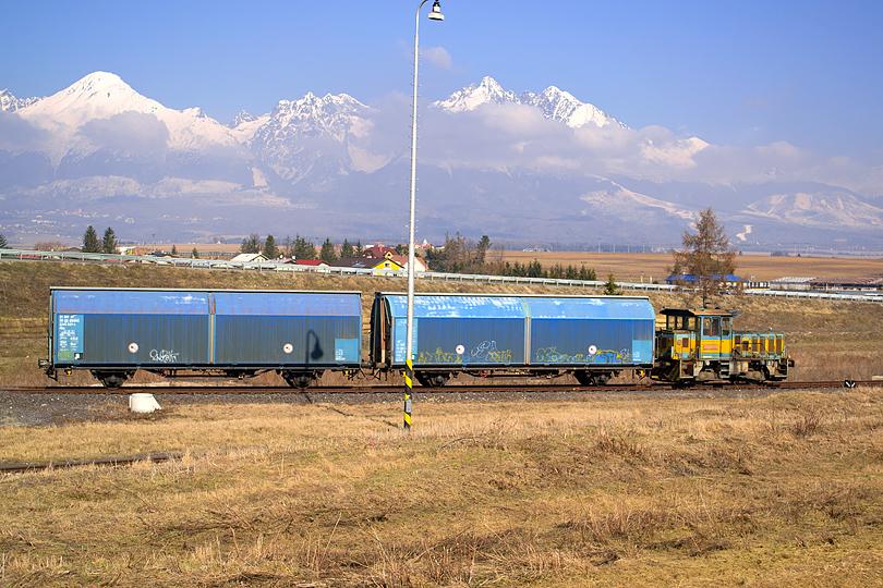 Na stanici v Matejovciach na mňa čakalo príjemné prekvapenie v podobe Malého Lega! Táto mašinka práve napínala všetky svaly, aby zatlačila svoje dva vagóny do miestnej továrne.