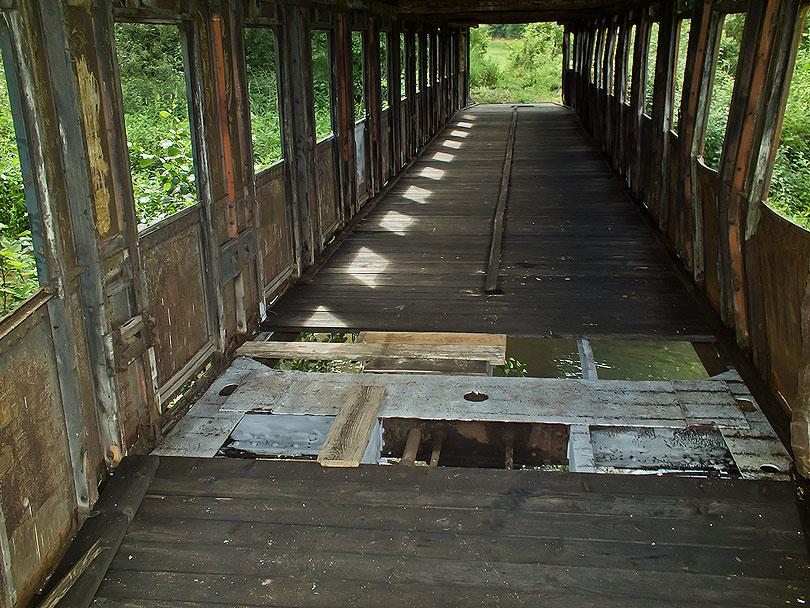 Vnútorný pohľad z druhej strany. Podlaha vo vagóne je nová. Predtým tam boli staré spráchnivené dosky a tam kde už chýbali boli uložene plechy.