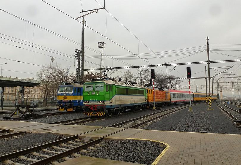 cirkus Humberto v Prahe hl.n. : vľavo modré brnenské eso 363.017 ako čakajúca dispečerka, vpravo vchádzajúci RegioJet s dvoma odlišne natretými mašinami a aj vozňami