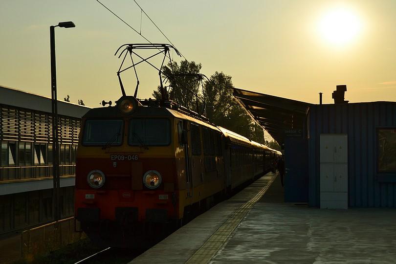 EIC Jantar v totálnom protislnku vo východzej stanici Warszawa Wschodnia v čele s jedinou retro Epokou EP09-046, 16.7.2014
