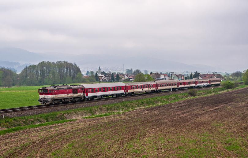 757 006 na 220 Fatra pomaly vchádza do stanice Turšianske teplice..4.5.2015..