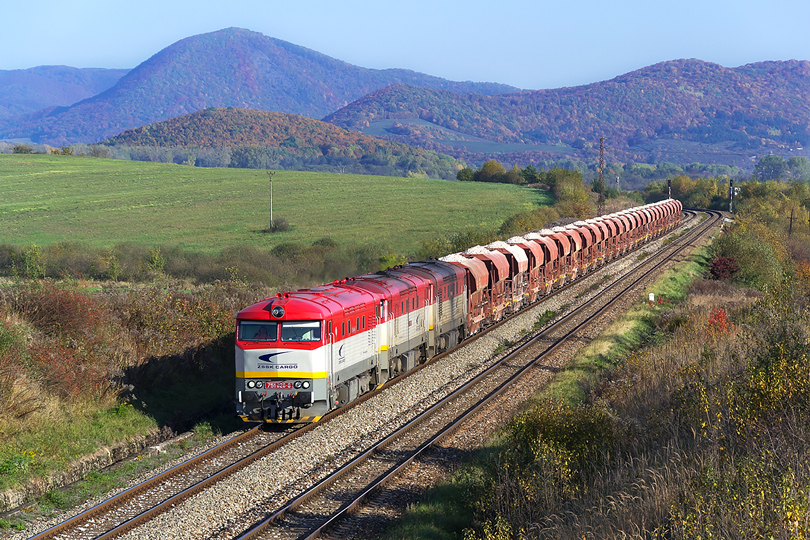 """Október - Trojica 751.026+751.171+751.057 s """"Kamenným vlakom"""" prechádza neďaleko obce Jovice. Pn 51154 28.10.2015"""