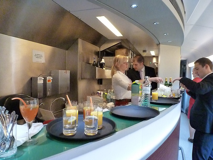 pult v reštauračnom vozni, kde sa pripravovali a servírovali rôzne dobroty