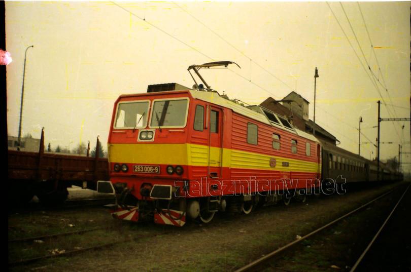 """nedeľňajší posilový osobný vlak zo Šale do Bratislavy Nového Mesta vozievala turnusovo aj """"šestka"""", tak ako je na snímke zachytená pred odchodom zo Šale na jar 1993, foto Radek Ivanič"""