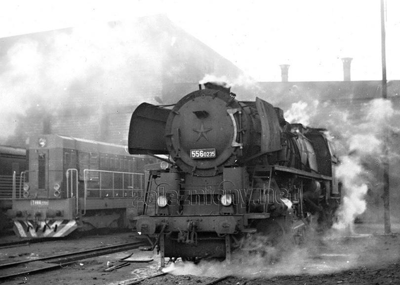 Odpolední siesta v lokomotivním depu Leopoldov: 556.0235 a T 466.2054.