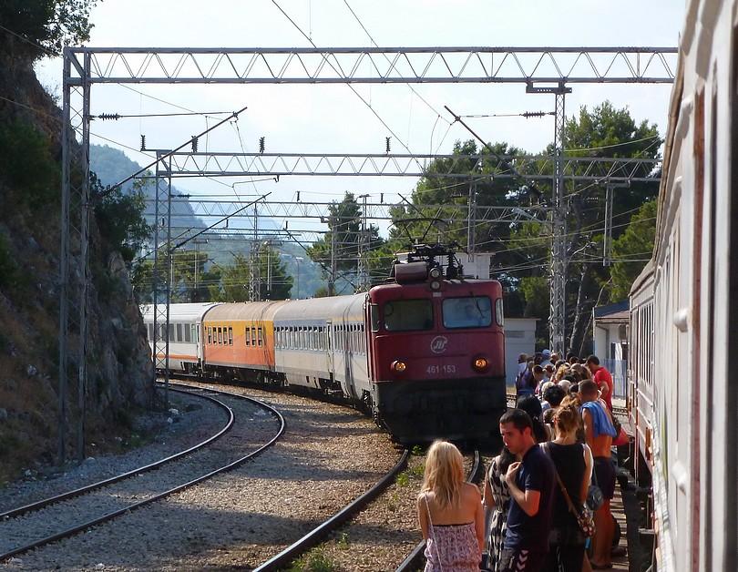 rýchlik relácie Bar – Beograd zastavuje na perónoch stanice Sutomore, v čele je Asea radu 461-153
