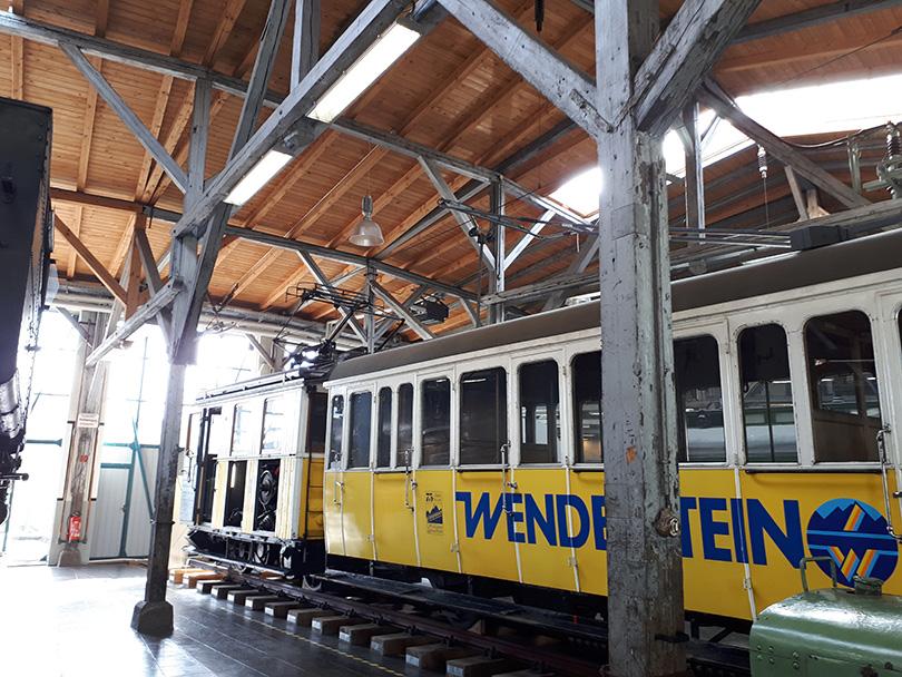 Elektrická lokomotíva s vozňom zubačky Wendelsteinbahn