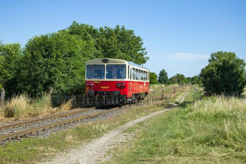 Prechod dopravňou Nové Sady a posledné zamávanie. - Stanica Zbehy už očakáva príchod mimoriadneho vlaku.