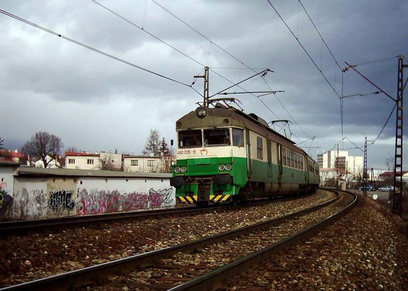Dnes už historická fotka. 460.035+036 z oboma zberačmi odchádza z Popradu do Košíc. Táto jednotka je už zrušená. 4.2.2004 (Ivan)