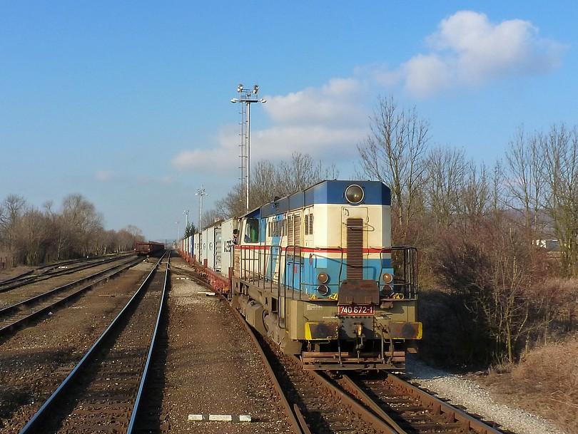 februárové mrazivé doobedie zachytáva posun banglády 740.672 v stanici Dobrovice. Táto mašinka je už minulosťou na vlečke tamojšieho cukrovaru