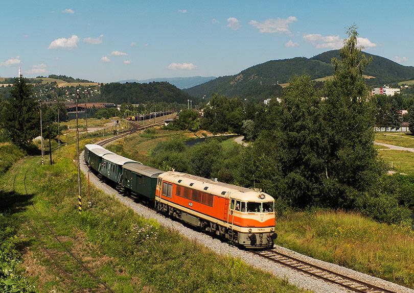 Vlak vychádza zo stanice Brezno popri rieke Hron.(Foto:DjMiscin)