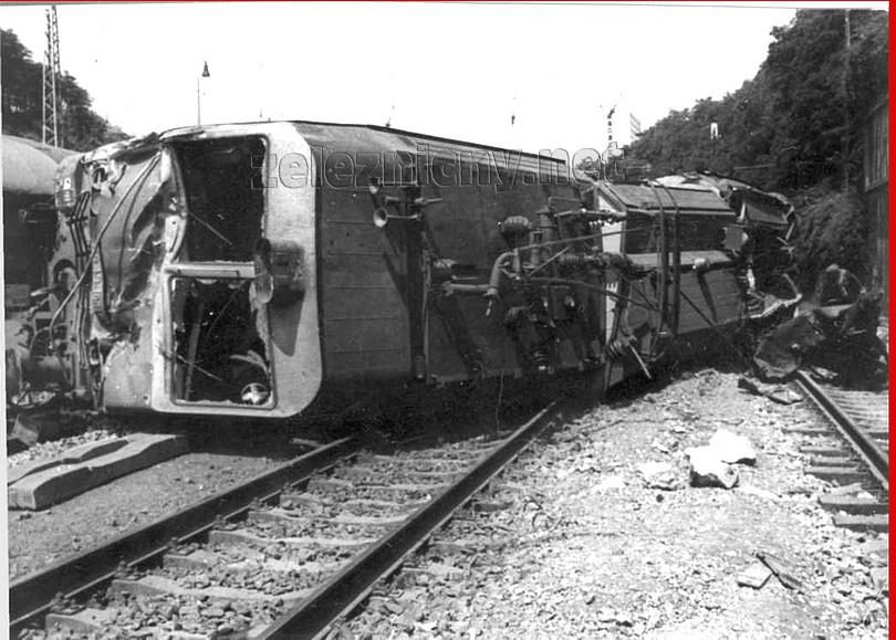 detailný záber posmrtnej, na boku ležiacej gorily ES 499.0010 na mieste nehody, jej zodvihnutý zberač už nikdy neodoberie prúd, a ventilátory už nikdy nebudú hučať...