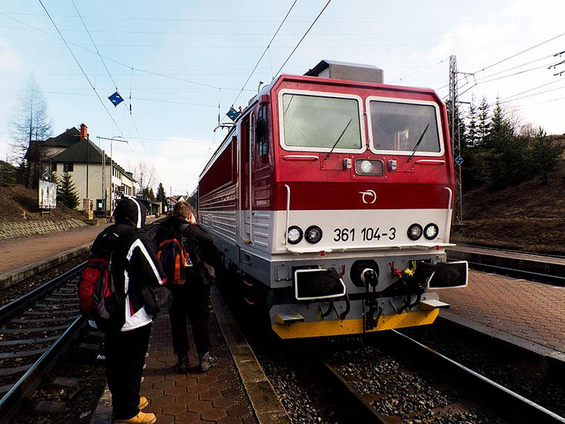 Prichádza R 608. Predo mnou stojí Peťo a pred ním Paťo, ktorý sa tiež snaží zachytiť 361 104 na čele vlaku.(Foto:DjMiscin)