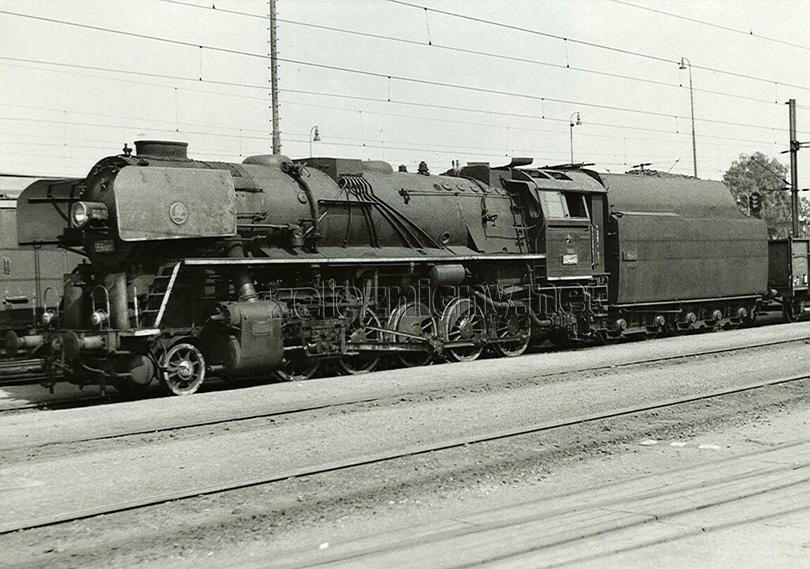 Ve stanici Týniště nad Orlicí je dne 7. 8. 1975 připraven k odjezdu nákladní vlak směr Meziměstí. V čele je pečlivě udržovaná lokomotiva 556.0413.