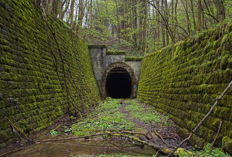 Muránsky portál tunela, ktorým vlak nikdy neprešiel, v celej svojej kráse.