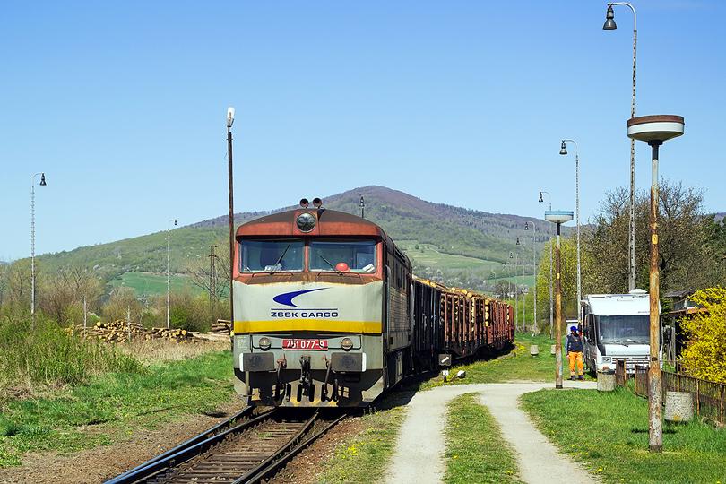 Na hlavnej trati nie je žiaden pohyb tak sa vydávam na trať č.167. V stanici Betliar je už všetko pripravené na odchod. 751.077 Mn 82230 Betliar. 21.04.2015