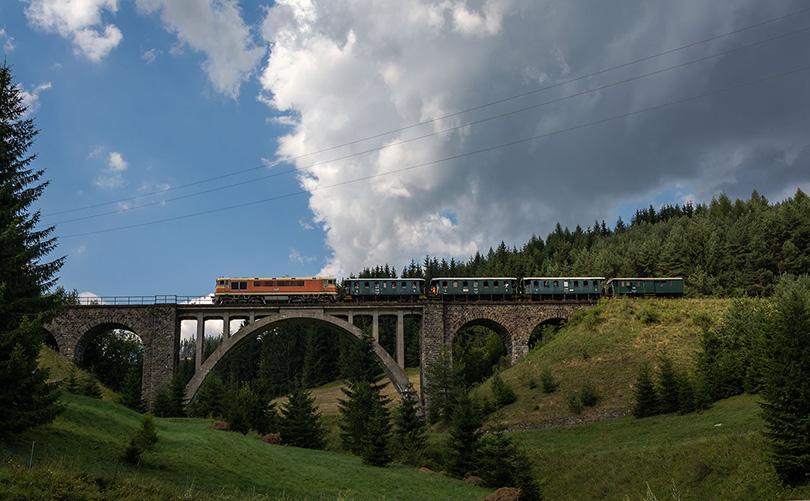 Pomaranč prechádza po Telgártskom viadukte.(Foto:Duko)