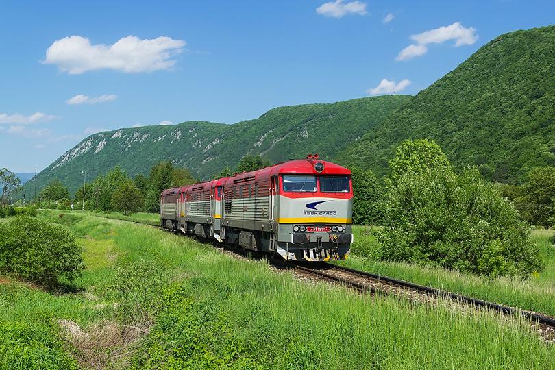 """Rýchly presun do Slavca kde práve trojica 751.199+751.171+751.076 odstúpila z """"Kamenného vlaku"""" a vracia sa do Plešivca. 18.05.2015"""