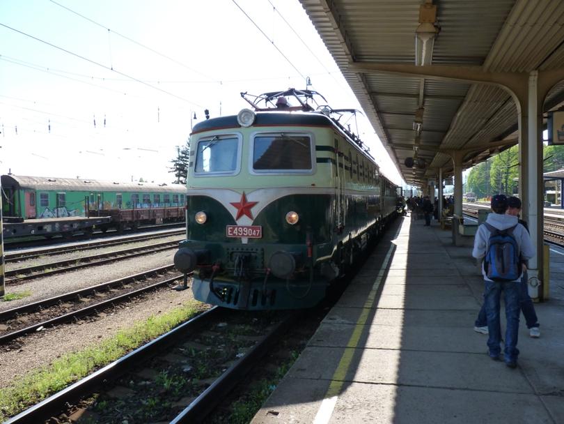 Na vedľajšej koľaji už nachystaná súprava zvláštneho vlaku na exkurziu do Tepličky v Zložení E499.047+Ba+Aa
