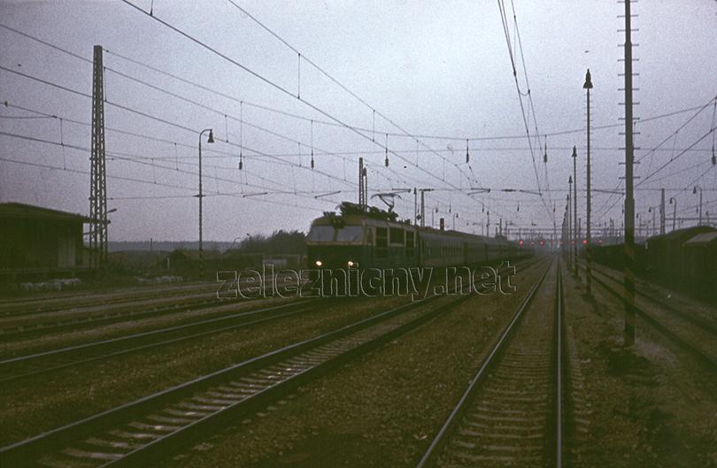 Rýchlik s rušňom ES499.0 prechádza stanicu Zohor krátko po aktivovaní RZZ.