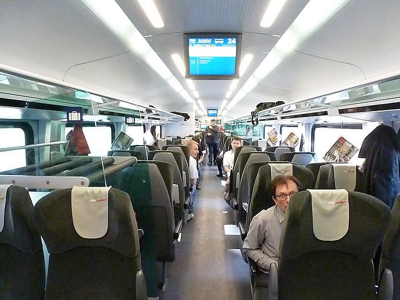 interiérový pohľad na economy class počas jazdy