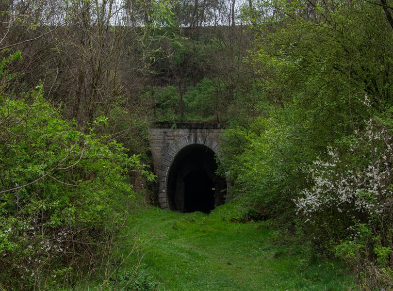 Koprášsky tunel, ktorého revúcky portál sa nachádza blízko Koprášskeho viaduktu.