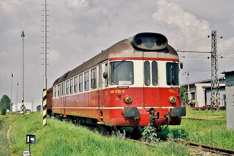 Vyhrievajúca sa a z posledných jazdiacich : 850 039 – 9 : v lete 2004