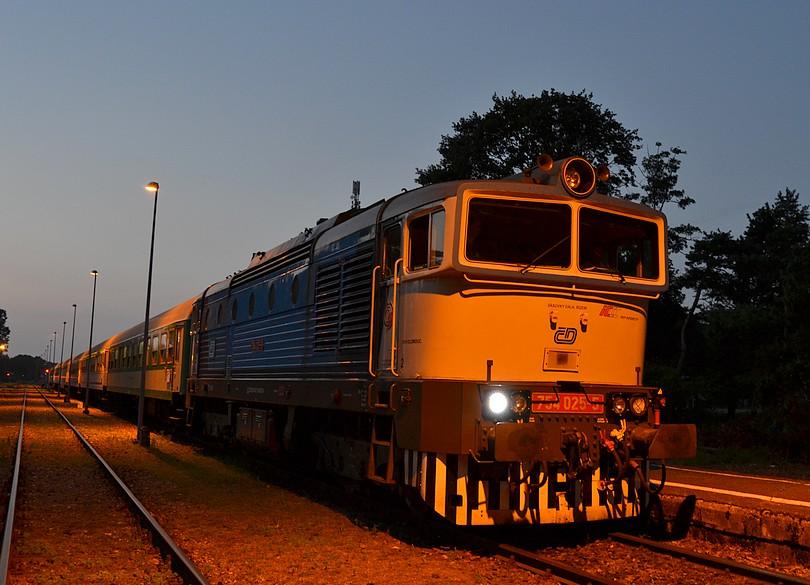 večerný príchod okuliarnika 754.025 v konečnej stanici Hel s rýchlikom TLK 45161 Doker, Hel, 16.7.2014