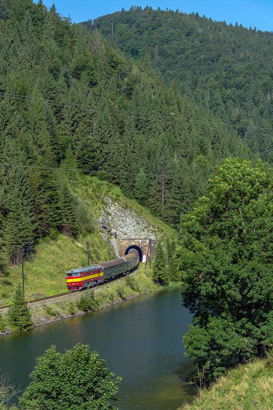 Vláčik vybehol z Hamrického tunela nad Palcmanskou Mašou /foto Duko/