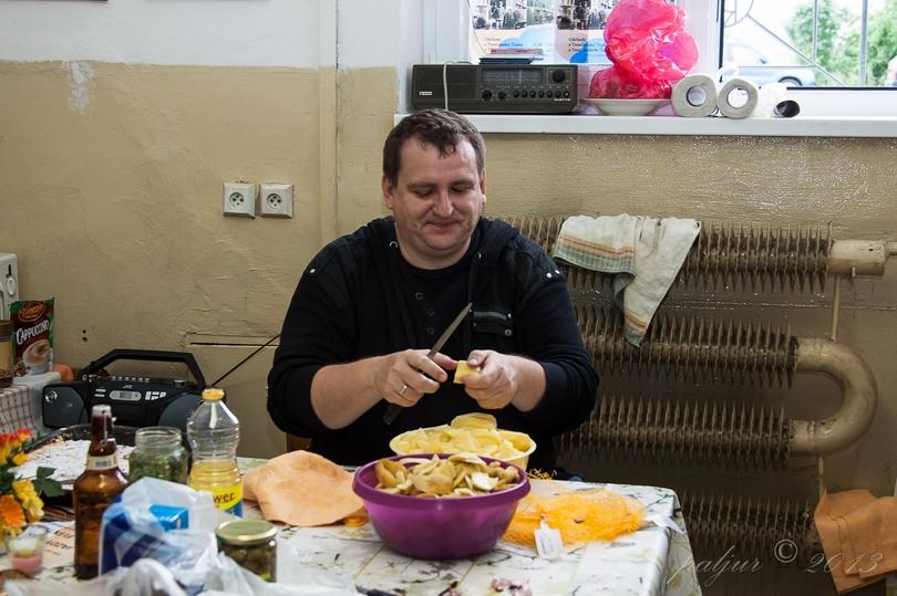 Všetko začína tak ako má a to riadnou prípravou. V tomto prípade Paljur varí guláš a tak trochu pri tom participoval aj Železničný.net. Tu je dôkaz: foto: © Paljur