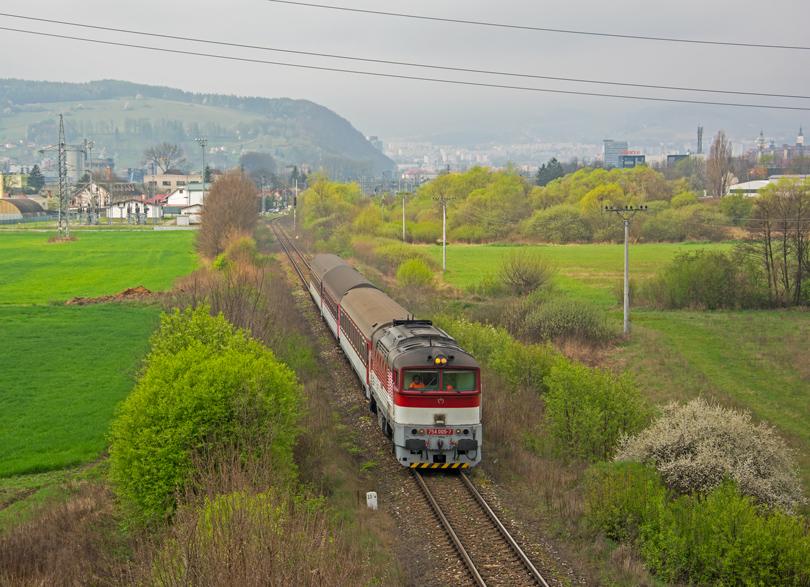 """Výlet sa začal """"vlakovo"""". Počkali sme si na Horehronca, vychádzajúceho z Banskej Bystrice. Kvôli výluke v úseku Medzibrod – Dubová, kde bola zabezpečená náhradná autobusová doprava, po Medzibrod bola vypravená trojvozňová súprava na čele so 754 005-7."""