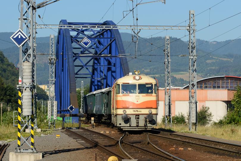 .Pomaranč prichádza po modrom moste do stanice Banská Bystrica.(Foto:AladaR)