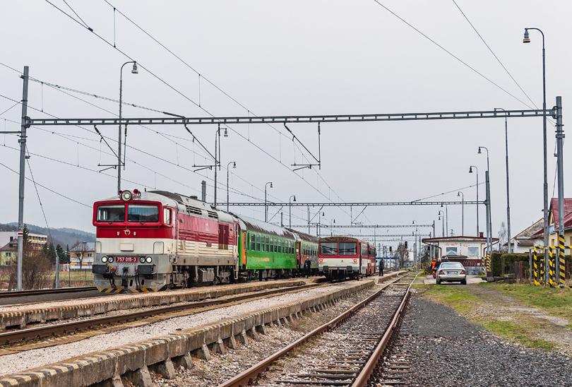 Križovanie vlakov Os 7314 - Os 7319 vo Vlkanovej..3.4.2015..