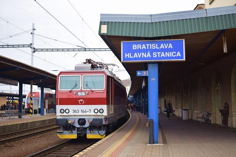Ako prvý tu je R 832 s pekne vyčisteným Esom 363 144-7 v Bratislave.