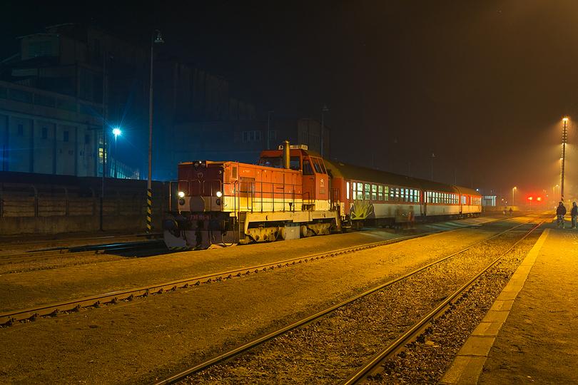 December – Malý somárik 736.105 priviezol Os 5613 do stanice Handlová. 16.12.2015