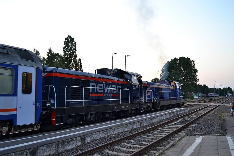 v západe slnka zachytená dvojica prenajatých stoniek SM42 v čele odchádzajúceho rýchlika TLK 56260 Rozewie opúšťa stanicu Hel, 16.7.2014