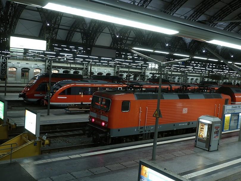pohľad z hornej časti stanice smerom dole na vlaky na kusých koľajach
