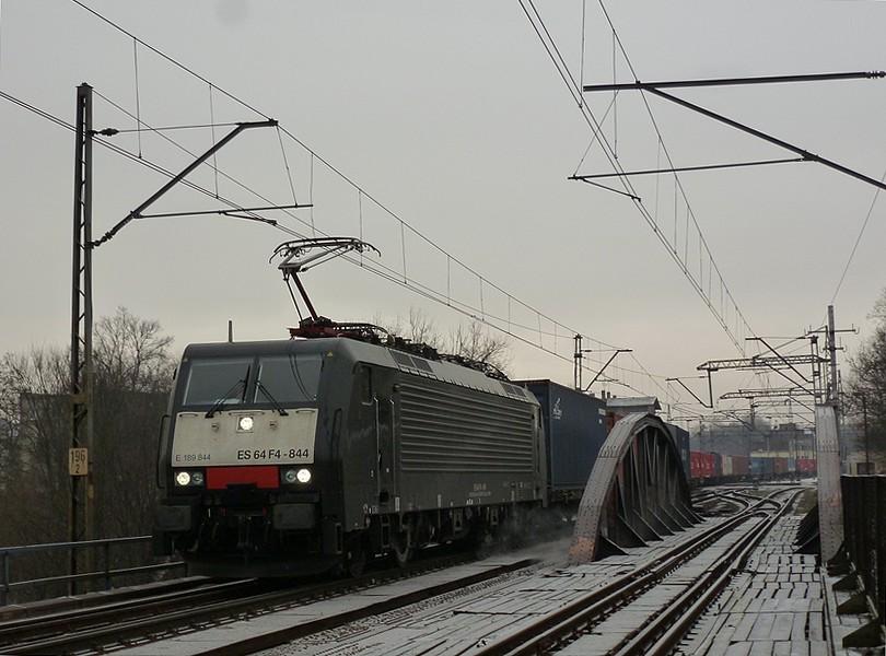 tuhne, tuhne, fúka severák a na moste cez rieku Wartu v Poznani prechádza kontejnerový Nex