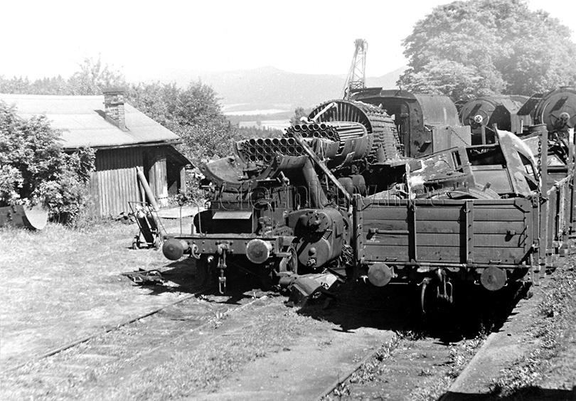 Zbytky lokomotivy 556.069 na rozložišti v Bohdašíně dne 18. 8. 1976. V pozadí čeká na stejný osud dvojice lokomotiv řady 475.1.