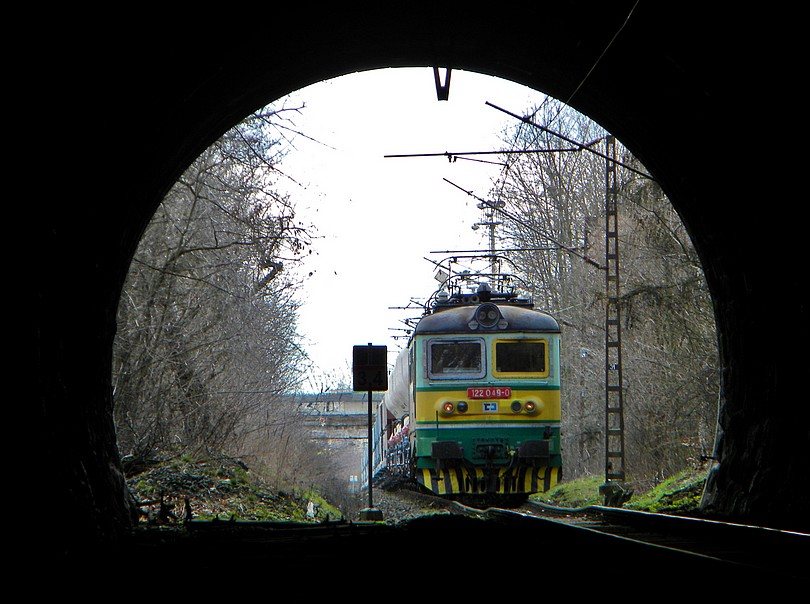 Spomaľovací prah pred tunelom naznačuje jeho stav.. 12 -4- 2o13 13.33