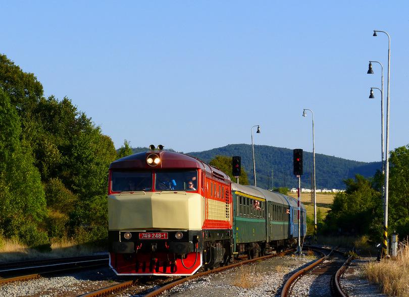 Vrútocká 749.248 s mimoriadnym vlakom (idúcim tuším z Margecian), vchádza na Kostiviarsku aby tu vykrižovala Detvana