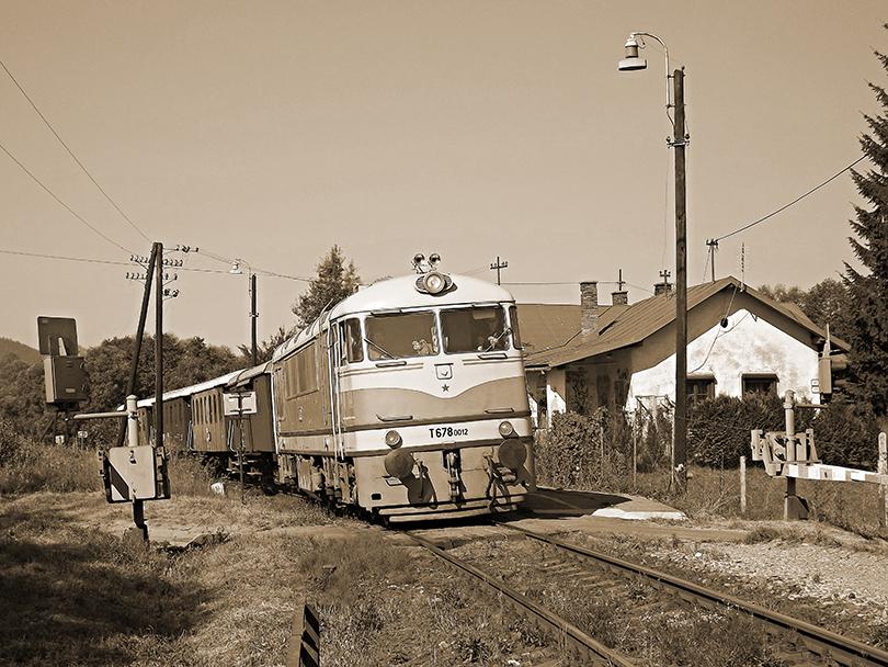 Výročný vlak aj s budovou stanice pôsobí ako z histórie.(Foto:Palo003)